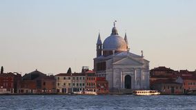 Venedig Italien - 16 08 2018: Gondoler och bussar i Venedig, Italien ` s Grand Canal arkivfilmer