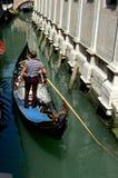 Venedig Italien: Gondoljär med fartyget på kanalen Royaltyfria Bilder