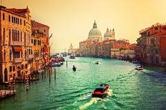 Venedig Italien. Grand Canal och basilika Santa Maria della Salute på solnedgången royaltyfri foto