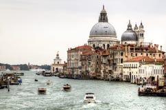 Venedig, Italien Großartiger Kanal und Basilika-Santa Maria della Gruß lizenzfreie stockfotos