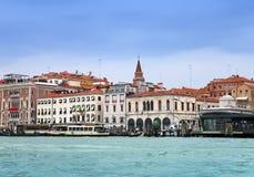 Venedig Italien Helle alte Häuser entlang dem Kanal groß Lizenzfreies Stockfoto