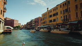 Venedig, Italien, im Juni 2017: Ausflug Grand Canal s in Venedig Schwimmen darunter stock video footage