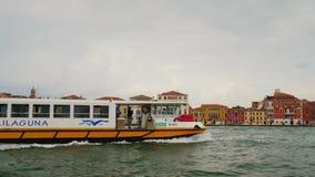 Venedig, Italien, im Juni 2017: Ein Wassertaxi gießt durch einen der Kanäle von Venedig Wassertransport in Italien stock video