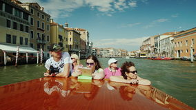 Venedig, Italien, im Juni 2017: Eine Gruppe Touristen schwimmt durch ein Wassertaxi auf Grand Canal in Venedig Bewundern Sie die  stock video