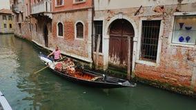 Venedig, Italien, im Juni 2017: Gondel mit Touristen schwimmen in einem schmalen Kanal in der Mitte von Venedig Das traditionelle stock video footage