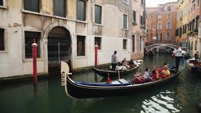 Venedig, Italien, im Juni 2017: Gondeln mit Touristen segeln durch die schmalen Kanäle von Venedig Tourismus in Italien stock video footage