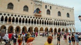 Venedig, Italien, im Juni 2017: Touristen gehen um den berühmten Doge ` s Palast in Venedig, Italien stock video footage
