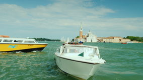 Venedig, Italien, im Juni 2017: Wasserverkehr von Venedig, Boote schwimmt entlang der azurblauen Lagune gegen den Hintergrund von stock video