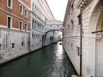 VENEDIG, ITALIEN - 20. JULI: Die Seufzerbrücke Lizenzfreie Stockfotos