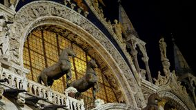 VENEDIG ITALIEN - JULI 7, 2018: härliga prydnader och diagram, skulpturer av basilikan för St Mark ` s, piazza San Marco, natt lager videofilmer