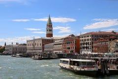 Venedig Italien - Juli 14, 2016: Helgon Mark Bell Tower och ANC Arkivbild