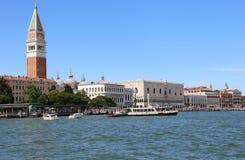 Venedig Italien - Juli 14, 2016: Helgon Mark Bell Tower och ANC Royaltyfri Bild