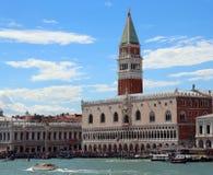 Venedig Italien - Juli 14, 2016: Helgon Mark Bell Tower och vännen Royaltyfria Bilder