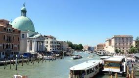 VENEDIG ITALIEN - JULI 7, 2018: huvudsaklig Venedig kanal som är främst av järnvägsstation för Venedig ` s Santa Lucia Många olik lager videofilmer