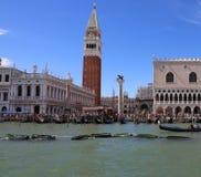 Venedig Italien - Juli 14, 2016: Kallat LÄGER för helgon Mark Bell Tower Royaltyfri Foto