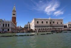 Venedig Italien - Juli 14, 2016: Kallat LÄGER för helgon Mark Bell Tower Arkivbild