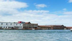 Venedig Italien - Juli 7, 2018: sikt från havet till de Venetian öarna blått hav, himmel, sommardag Burano ö lager videofilmer