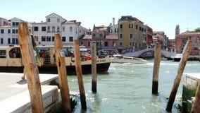 Venedig Italien - Juli 7, 2018: sikter av Venedig, den storslagna kanalen som förtöjer för gondoler, vaparetoen svävar på vatten, arkivfilmer