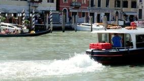 Venedig Italien - Juli 7, 2018: sikter av Venedig, den storslagna kanalen, vapareto svävar på vatten, små fartyg, gondoler seglar stock video