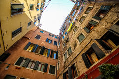 Venedig Italien - JULI 15, 2016: Venetian hus på gatan i Venedig, Europa royaltyfria bilder