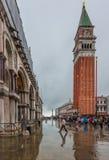 VENEDIG ITALIEN - Juni, 07: Översvämma i Venedig, acquaen alta på piazza Arkivfoto