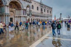 VENEDIG ITALIEN - Juni, 07: Översvämma i Venedig, acquaen alta på piazza Fotografering för Bildbyråer