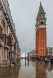 VENEDIG ITALIEN - Juni, 07: Översvämma i Venedig, acquaen alta på piazza Royaltyfri Bild