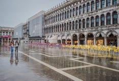 VENEDIG ITALIEN - Juni, 07: Översvämma i Venedig, acquaen alta på piazza Arkivfoton