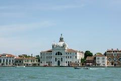 Venedig, Italien - 21. Juni 2010: Boote und Motorboote im Giudecca-Kanal in der italienischen Stadt von Venedig Stockbild
