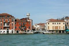Venedig, Italien - 21. Juni 2010: Boote und Motorboote im Giudecca-Kanal in der italienischen Stadt von Venedig Lizenzfreie Stockfotografie