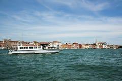 Venedig, Italien - 21. Juni 2010: Boote und Motorboote im Giudecca-Kanal in der italienischen Stadt von Venedig Stockfotografie