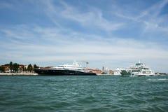 Venedig, Italien - 21. Juni 2010: Boote und Motorboote im Giudecca-Kanal in der italienischen Stadt von Venedig Stockfoto