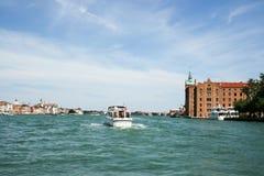 Venedig, Italien - 21. Juni 2010: Boote und Motorboote im Giudecca-Kanal in der italienischen Stadt von Venedig Lizenzfreie Stockfotos