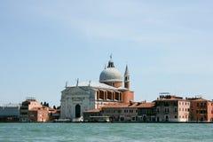 Venedig, Italien - 21. Juni 2010: Boote und Motorboote im Giudecca-Kanal in der italienischen Stadt von Venedig Lizenzfreie Stockbilder