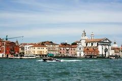Venedig, Italien - 21. Juni 2010: Boote und Motorboote im Giudecca-Kanal in der italienischen Stadt von Venedig Stockfotos