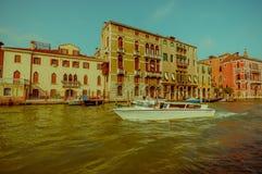 VENEDIG, ITALIEN - 18. JUNI 2015: Bote mit nicht identifiziertem Mannsegeln um Venedig, hinter alter Architektur Lizenzfreies Stockbild