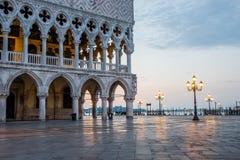 Venedig Italien - Juni 28, 2014: Cityscape av Venedig - sikt från Sts Mark fyrkant på doges slott och Grand Canal tidigt i moren Royaltyfri Fotografi