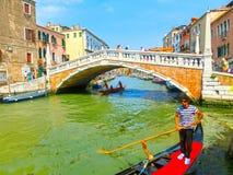 Venedig Italien - Juni 06, 2015: Den oidentifierade mannen ror gondolen på Juni 06, 2015 i Venedig, Italien Arkivfoton