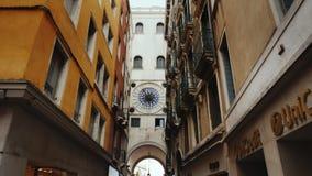 Venedig Italien, Juni, 2017: den unika klockan av mitt åldras på klockatornet av St Mark i Venedig stock video