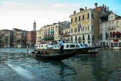 Venedig Italien - Juni 21, 2010: Fartyg och motoriska fartyg i den Giudecca kanalen i den italienska staden av Venedig Royaltyfri Fotografi