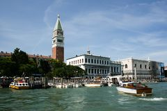 Venedig Italien - Juni 21, 2010: Fartyg och motoriska fartyg i den Giudecca kanalen i den italienska staden av Venedig Fotografering för Bildbyråer