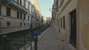 VENEDIG ITALIEN - JUNI 19, 2016: Gå till och med gatorna av Venedig med små kanaler och forntida byggnadssikter arkivfilmer