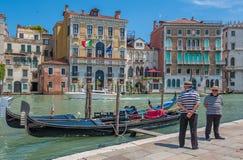 VENEDIG ITALIEN - Juni, 08: Gondoler på den storslagna kanalen i Venedig, Ita Royaltyfri Foto