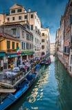 VENEDIG ITALIEN - Juni, 08: Gondoler på den storslagna kanalen i Venedig, Ita Fotografering för Bildbyråer