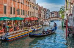 VENEDIG ITALIEN - Juni, 06: Gondoler på Grand Canal i Venedig Royaltyfria Bilder