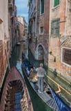 VENEDIG ITALIEN - Juni, 06: Gondoler på Grand Canal i Venedig Arkivbild
