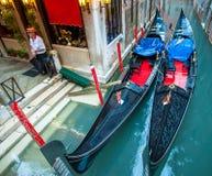 VENEDIG ITALIEN - Juni, 07: Gondoler på Grand Canal i Venedig, Ita Fotografering för Bildbyråer