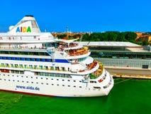 Venedig Italien - Juni 06, 2015: Kryssningeyeliner AIDA Vita som anslutas på porten Arkivbild