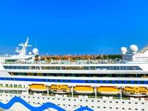 Venedig Italien - Juni 06, 2015: Kryssningeyeliner AIDA Vita som anslutas på porten Arkivbilder