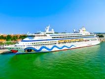 Venedig Italien - Juni 06, 2015: Kryssningeyeliner AIDA Vita som anslutas på porten Royaltyfri Bild